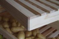 Qualität Made in Germany. Das im Herzen von Deutschland gewachsene Kiefernholz wird auch dort verarbeitet und zu diesem hochwertigen Obstregal zusammengefügt.