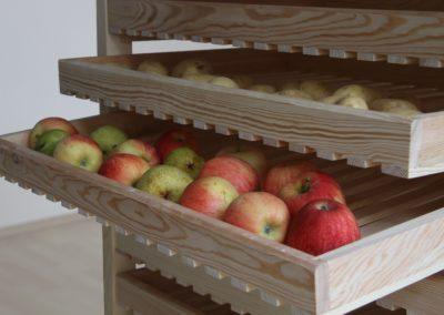 Schubladen im Ausgezogenen Zustand zum einfachen Begutachten und Entnehmen des Lagerguts - die ständige Belüftung des Obst & Gemüses ist immer sichergestellt.